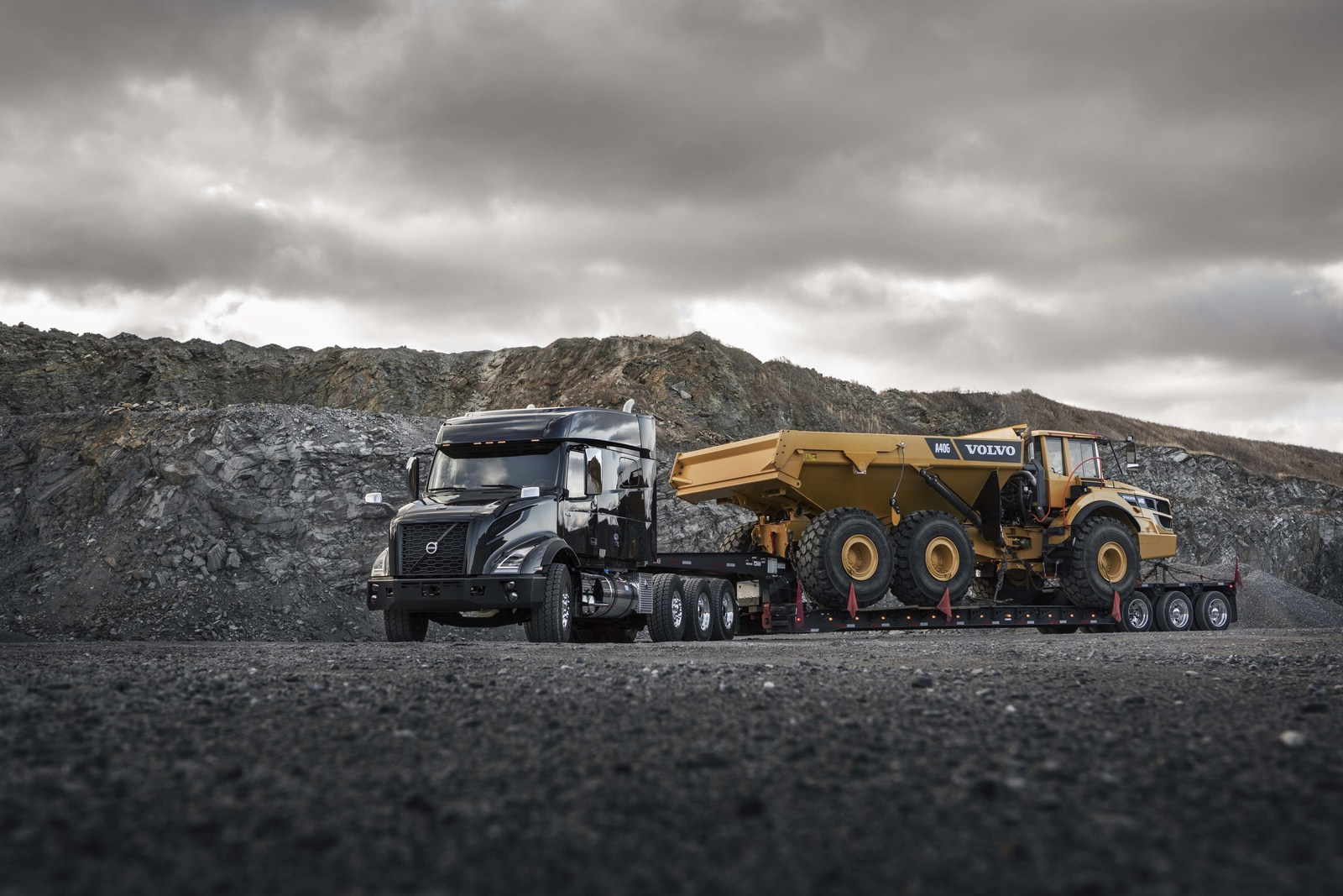 Volvo VNX Heavy-haul Tractor, VNX heavy-haul tractor model hauling heavy equipment